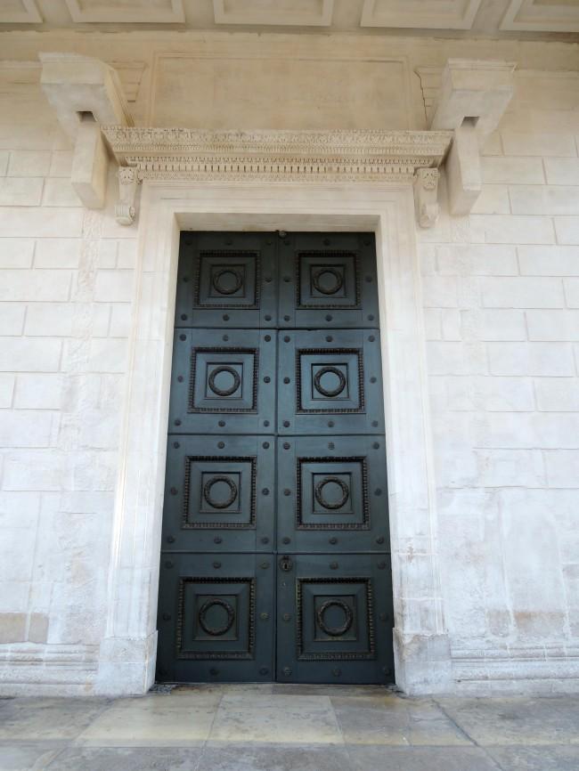 La Monumentale Porte Donnant Accès à La Cella Est Surmontée Du0027une Corniche  Richement Décorée Et Portée Par Des Consoles En Forme De Volutes.