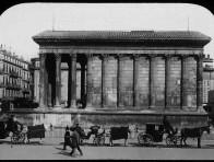 Façade latérale de la Maison Carrée à Nîmes avec voitures à chevaux
