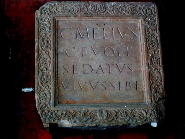 Stèle funéraire à décor de rinceaux