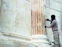 Badigeonnage des cannelures des colonnes
