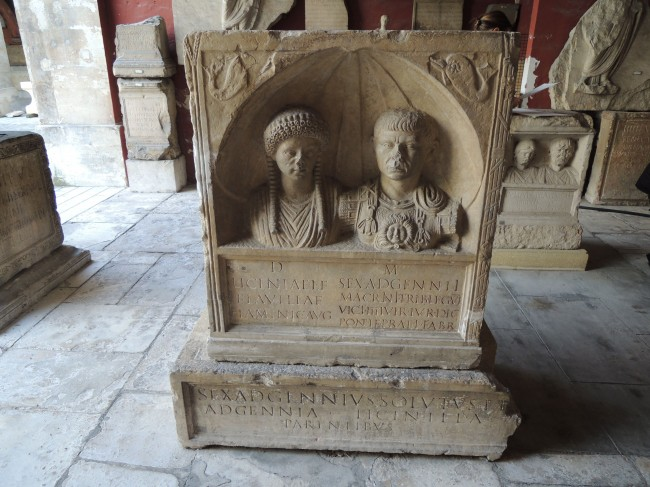 Épitaphe d'une flaminique et de son époux tribun de légion